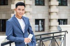 Vrolijke Aziatische zakenman royalty-vrije stock foto's