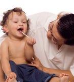 Vrolijke baby bij de arts. Stock Foto's