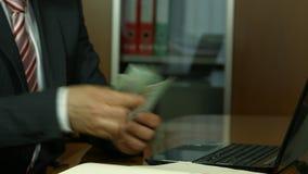 Vrolijke bankier die zijn dividendwinst, inkomen, inkomens tonen stock footage