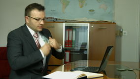 Vrolijke bankier die zijn dividendwinst, inkomen, inkomens tonen stock video