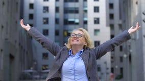 Vrolijke bedrijfdirecteur die handen opheffen omhoog, levenswerktevredenheid, vrije adem stock videobeelden