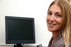 Vrolijke bedrijfsvrouw in bureau Stock Foto's