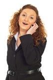 Vrolijke bedrijfsvrouw die door celtelefoon spreekt royalty-vrije stock foto's