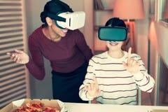 Vrolijke beste vrienden die in virtuele werkelijkheid spelen Royalty-vrije Stock Afbeelding