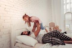 Vrolijke blije mens die zijn dochter bekijken stock afbeeldingen