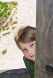 Vrolijke blonde jongen bij speelplaats royalty-vrije stock foto
