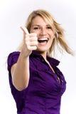 Vrolijke blonde vrouw die duim-omhoog tonen Royalty-vrije Stock Foto's