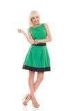 Vrolijke blondevrouw in groene kleding Stock Afbeelding
