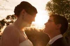 Vrolijke Bruid en Bruidegom Outdoors Royalty-vrije Stock Foto's