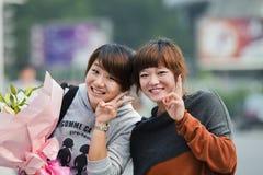 Vrolijke Chinese meisjes met bloemen, Guangzhou, China royalty-vrije stock foto