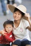 Vrolijke Chinese moeder met haar jonge jongen, Sanya, China Stock Foto