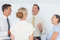 Vrolijke collega's die een onderbreking hebben samen Royalty-vrije Stock Afbeelding