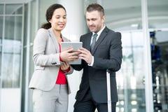 Vrolijke dame die online rapport voorleggen aan werkgever stock afbeelding