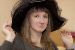 Vrolijke dame zonder glazen en een zwarte hoed Royalty-vrije Stock Afbeelding