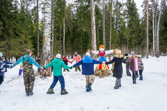 Vrolijke dans rond een beeltenis van Shrovetide, 13 Maart, 2016 Royalty-vrije Stock Fotografie
