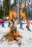 Vrolijke dans rond het brandende beeltenis van Maslenitsa Royalty-vrije Stock Afbeelding