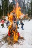 Vrolijke dans rond het brandende beeltenis van Maslenitsa Stock Afbeeldingen