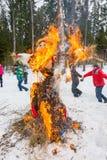 Vrolijke dans rond het brandende beeltenis van Maslenitsa Royalty-vrije Stock Fotografie