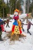 Vrolijke dans rond het brandende beeltenis van Maslenitsa, op 13 Maart Royalty-vrije Stock Fotografie