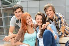 Vrolijke de buitenkantcampus van studentenvrienden samen royalty-vrije stock afbeelding