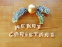 Vrolijke die Kerstmis met koekjes wordt geschreven Stock Foto
