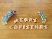 Vrolijke die Kerstmis met koekjes wordt geschreven Stock Fotografie