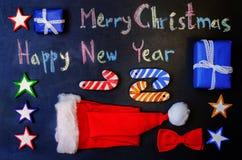 Vrolijke die Kerstmis met krijt op een zwarte achtergrond met wo wordt geschreven Stock Foto