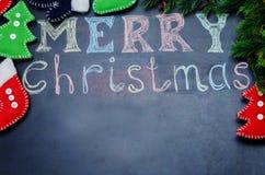 Vrolijke die Kerstmis met krijt op een zwarte achtergrond wordt geschreven Royalty-vrije Stock Foto