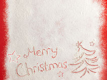 Vrolijke die Kerstmis op witte sneeuw wordt geschreven Royalty-vrije Stock Fotografie