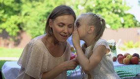 Vrolijke dochter die geheim met moeder delen, die over eerste liefde, vertrouwen vertellen stock videobeelden