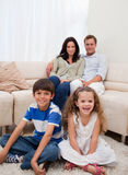 Vrolijke familie in de woonkamer Royalty-vrije Stock Afbeeldingen