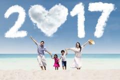 Vrolijke familie die bij kust met 2017 lopen Stock Fotografie