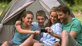 Vrolijke familie die foto op camera bekijken stock footage
