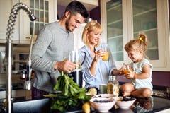 Vrolijke familie die ontbijt hebben royalty-vrije stock afbeelding