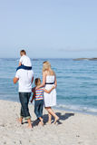 Vrolijke familie die op het zand loopt royalty-vrije stock fotografie
