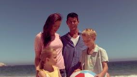 Vrolijke familie die samen spelen stock video