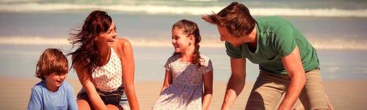 Vrolijke familie die zandkasteel maken bij strand royalty-vrije stock foto