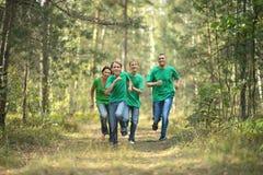 Vrolijke familie in groene overhemden Stock Foto's