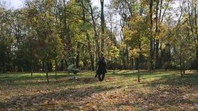 Vrolijke familie in het park stock videobeelden