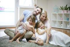 Vrolijke familie thuis het bekijken camera royalty-vrije stock foto