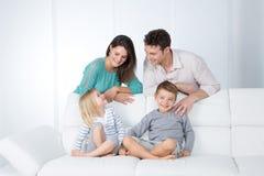 Vrolijke familie in woonkamer stock afbeeldingen