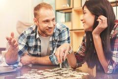 Vrolijke freelancers die en raadselspel ontspannen spelen royalty-vrije stock foto's