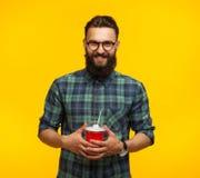 Vrolijke gebaarde mens met plastic kop royalty-vrije stock afbeeldingen