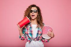 Vrolijke gelukkige dame met kola en popcorn die 3d glazen dragen Royalty-vrije Stock Foto
