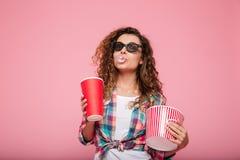 Vrolijke gelukkige dame met kola en popcorn die 3d glazen dragen Royalty-vrije Stock Afbeelding