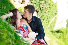 Vrolijke gelukkige paarflirt in een zonnig de zomerpark royalty-vrije stock afbeelding