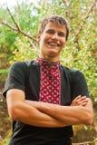 Vrolijke glimlach van de Oekraïense jonge mens in nationale Vyshyvanka Stock Afbeelding