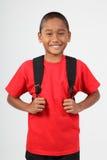 Vrolijke glimlach van jonge jongen 9 die schoolbac draagt Royalty-vrije Stock Foto