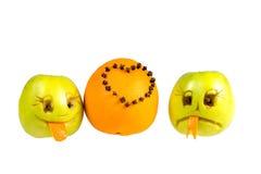 Vrolijke glimlachen en grusny appel met een verfraaide sinaasappel Stock Foto's