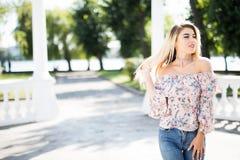 Vrolijke glimlachende jonge vrouw op straat Het mooie verse kijken in openlucht leuk blondemeisje Stock Afbeeldingen